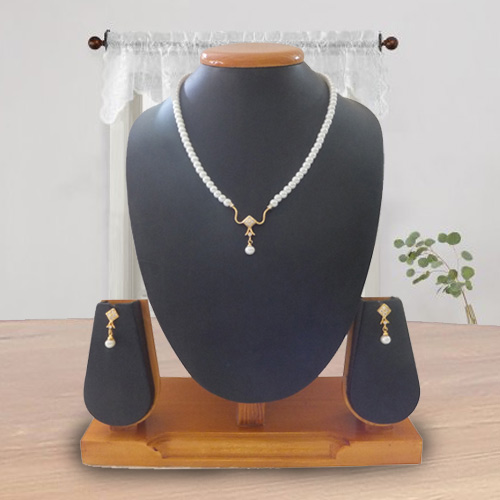 Eye-Catching Pearl Pendent Set with Earring